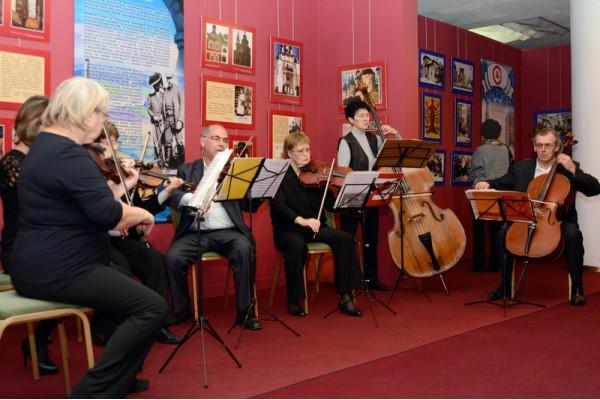 Перед открытием в зале звучала музыка в исполнении камерного оркестра Ульяновского Дома музыки.