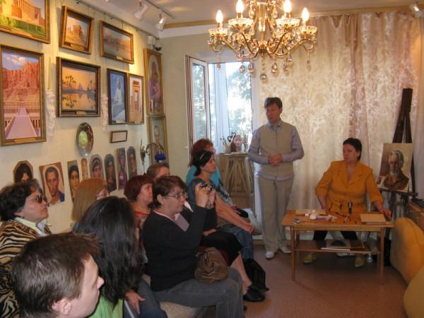 Демонстрацию музейных коллекций провели -  музейный работник Р.Г. Серебренникова (первая справа) и хранитель квартиры-музея М.М. Потапова С.И. Лапин (второй справа).