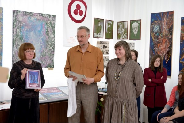 Председатель Общества Рерихов Н.Г. Зоткина дарит от имени организации книгу Л. В. Шапошниковой