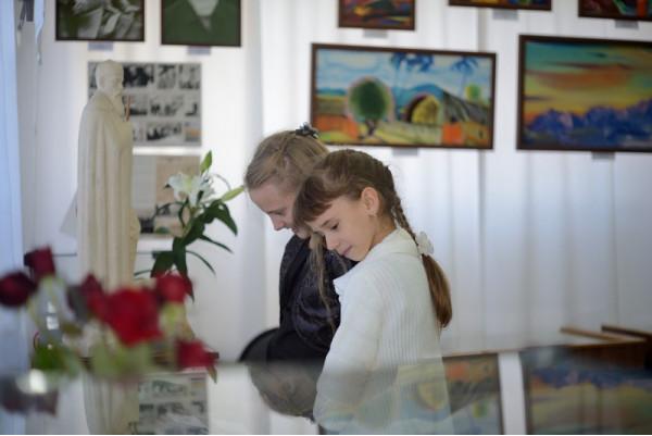 В зале на открытии выставки.