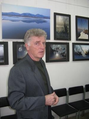 Презентацию своей фотовыставки проводит Валерий Александров.