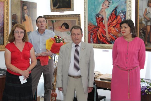 И. о. Главы городского округа Сызрань Н. И.  Подлеснов (в центре) открывает выставку Сайды Афониной (справа)
