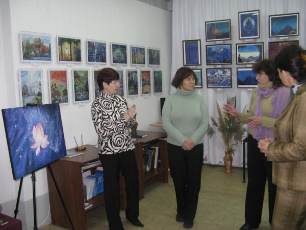 """Т.А. Сысуева (вторая справа) представляет свою картину """"Огненный лотос"""""""