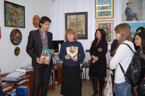 Н.Г.Зоткина преподносит в дар колледжу альбомы и книги о Н.К. и С.Н. Рерихах