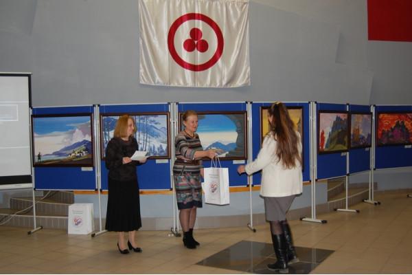 Т.А. Иванова  вручила памятные подарки представителям, принимающей выставку стороны.