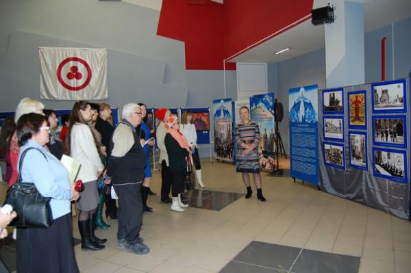Экскурсию по выставке проводит Т.А. Иванова
