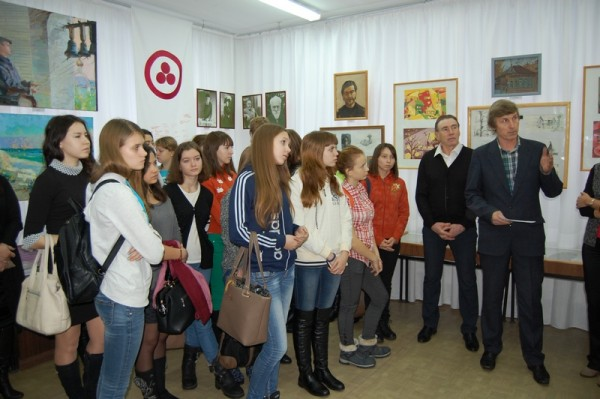 Сызранский художник Владимир Петряшин (справа) поздравил студентов и преподавателей колледжа с открытием выставки