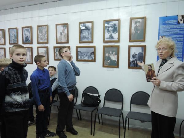 Учащиеся школы 10, класс 6-в на выставке
