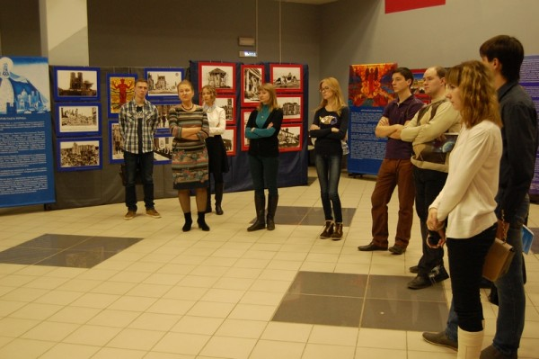Экскурсию по выставке для Общественного молодежного парламента проводит  Т.А. Иванова