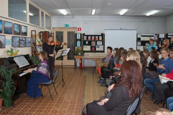 Концерт в исполнении преподавателей колледжа Т.И. Лисичкина (скрипка) и И.О. Озерова (фортепиано)