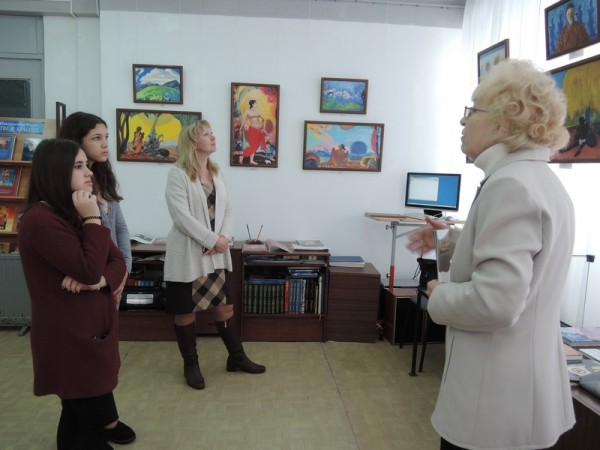 Учащиеся школы 10, класс 8 на выставке