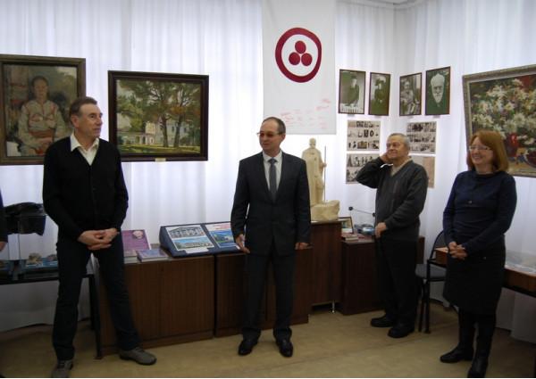 Выставку картин из частной коллекции А.М. Макарова (слева) открывает С.Н. Ананьев (в центре).