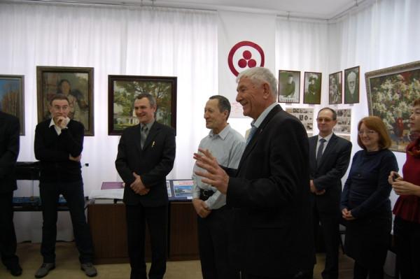 На открытии выставки А. Лексин (в центре) и Н. Лукьянов (третий слева).