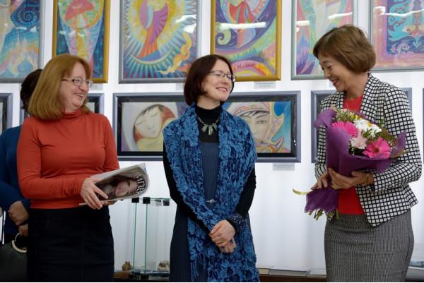 Выставку Феодосии  Ивановой (в центре) открывает Е. Г. Мочалова (справа)