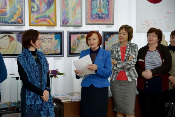 Стихи, посвященные автору, читает Ольга Слепова (вторая слева)