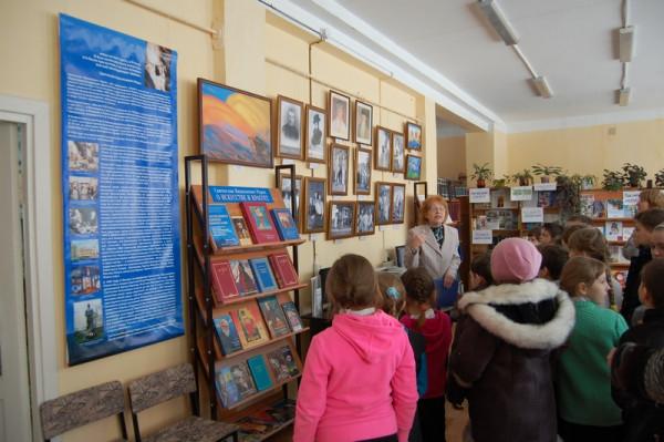 Экскурсию для учащихся проводит сотрудник Общества Рерихов Л. П. Минеева