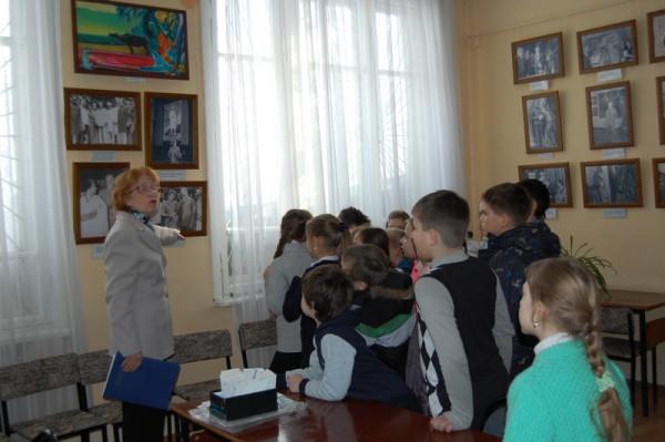 Учащиеся на экскурсии по выставке