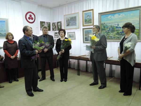Поздравление художнику (второй справа) от председателя Думы г. о. Сызрань  Ананьева С. Н.