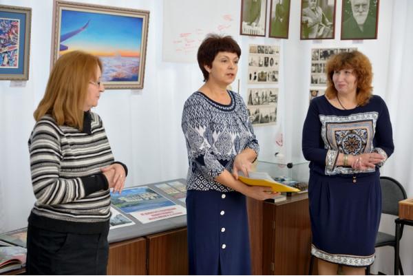 Выставку открывают В.И. Плохова (в центре),  Н. Г. Зоткиной (слева)  и  Т.А. Сысуева (справа).