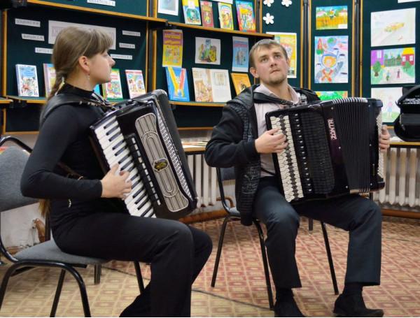 Играют Кудашева Елизавета и Вилков Павел (преподаватель Готьянский А. В.)