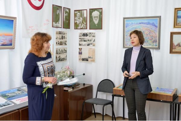 С открытием выставки художника поздравила  Е.Г.  Мочалова (справа).
