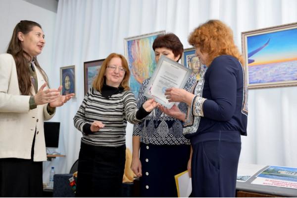 От имени Централизованной библиотечной системы г. Сызрани благодарственное письмо вручила директор ЦБС И.В. Королева (слева).