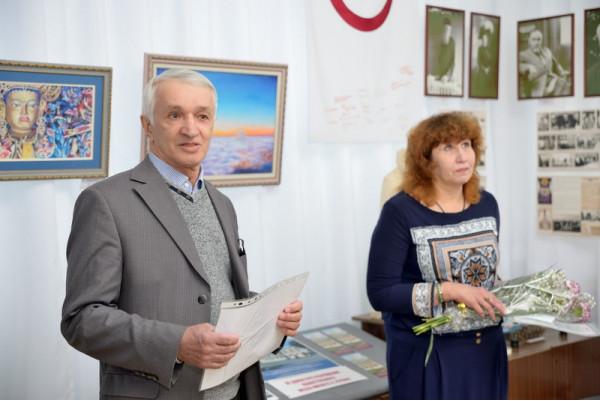 От имени библиотеки Автограда благодарственное письмо вручает  представитель Дома Рерихов г. Тольятти А.Н. Дедешин.