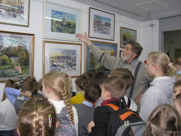 Виктор Тайдаков проводит экскурсию по своей выставке