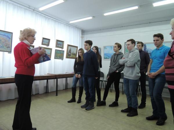 Учащиеся на выставке.